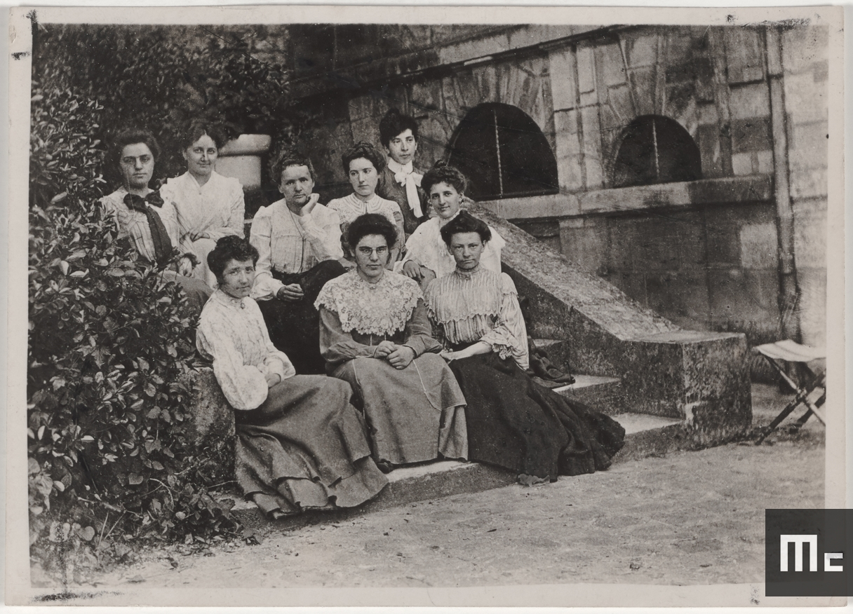 Marie Curie (second row, third from the left) and her students in the school grounds at the École normale supérieure for young women in Sèvres, where Marie worked as a certified lecturer (Source: Musée Curie; coll. ACJC)