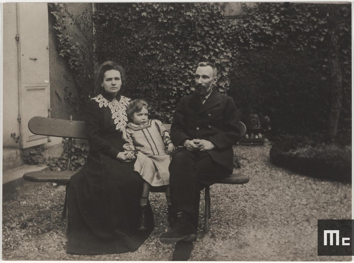 Pierre, Marie et Irène Curie dans leur jardin au 108 boulevard Kellermann, Paris, 1904 (Photo : Albert Harlingue. Source : Musée Curie ; coll. ACJC)