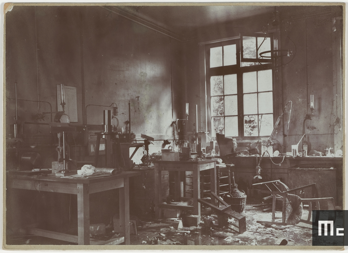 Laboratory on rue Cuvier, workbench of Mr Laborde after the explosion on 25 June 1908. Thankfully, no one was injured that day (Source: Musée Curie; coll. ACJC)