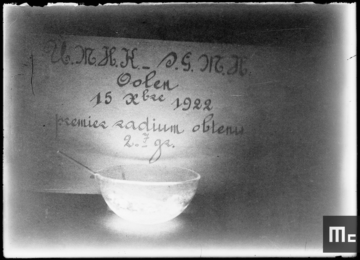 A bowl containing radium bromide (photo taken in the dark), 1922 (Source: Musée Curie; coll. Institut du Radium)