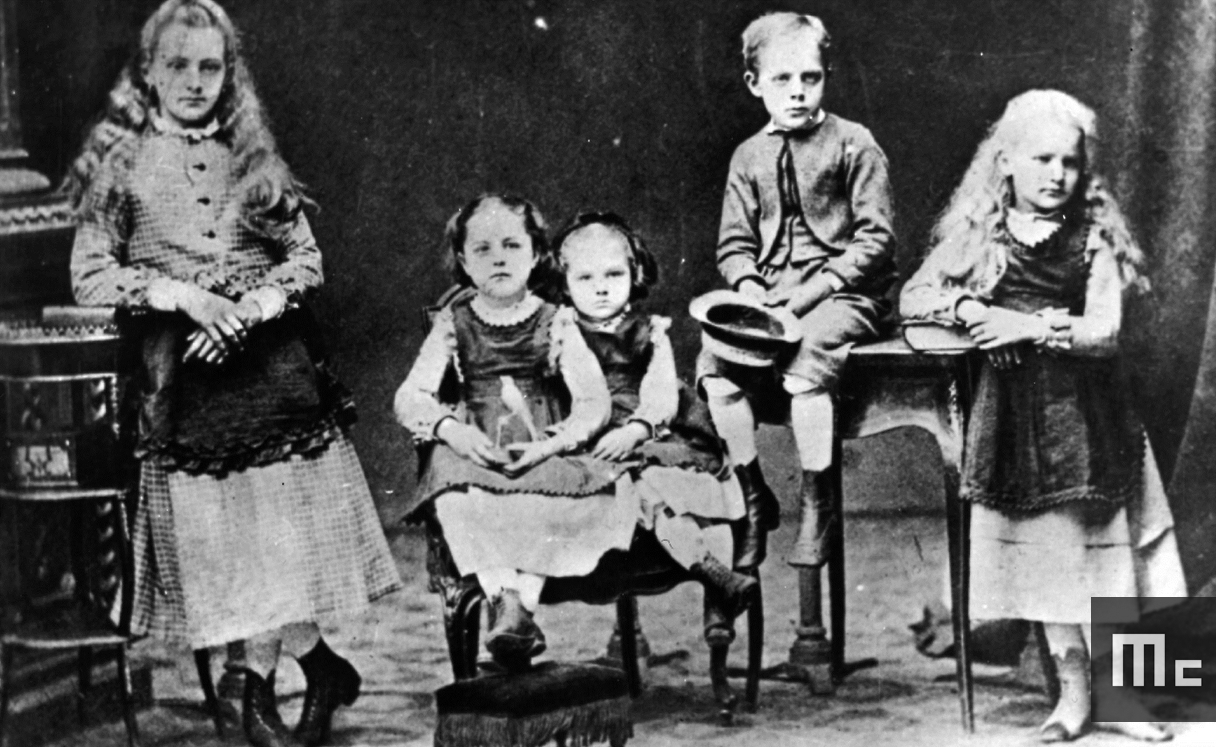 Les enfants Sklodowski : de gauche à droite Sophia, Helena, Maria, Joseph et Bronislawa, 1872 (Source : Musée Curie ; coll. ACJC)