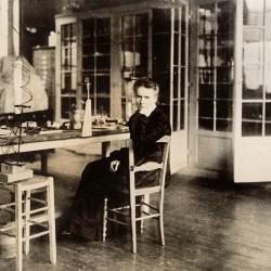 Marie Curie dans son laboratoire de la rue Cuvier, 1913