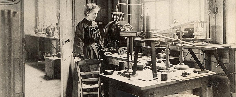 Marie Curie dans son laboratoire de la rue Cuvier, vers 1908 (Photo Henri Manuel. Source : Musée Curie ; coll. ACJC)