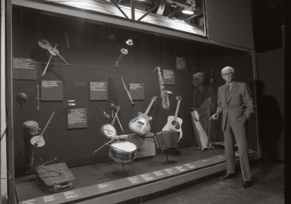 Georges Henri Rivière devant une des vitrines « musique » de la galerie culturelle