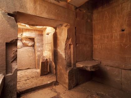 La tombe souterraine en marbre