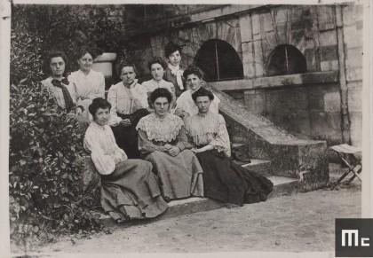 Marie Curie et ses élèves de l'Ecole normale supérieur de jeunes filles de Sèvres,