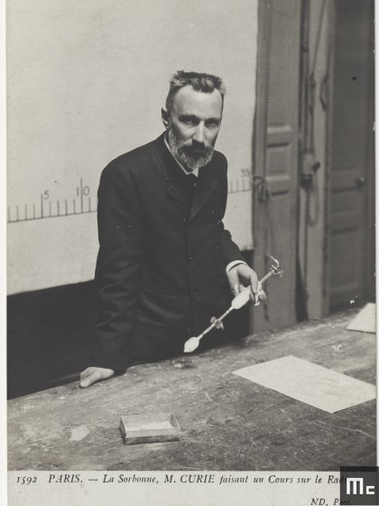 Pierre Curie faisant son cours, dans l'amphithéâtre de la Faculté des sciences de Paris, 1904