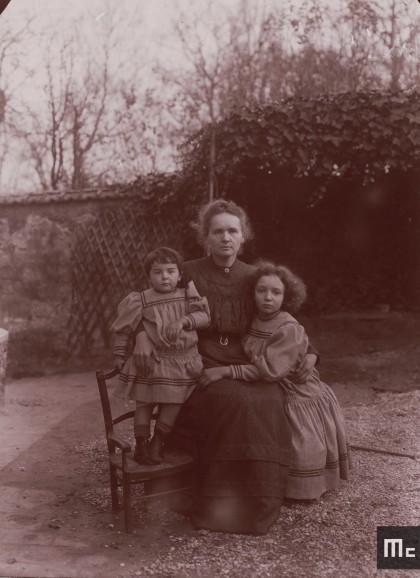 Marie Curie et ses filles Irène et Eve, dans le jardin à Sceaux, été 1908.