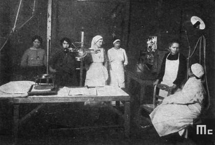 Marie Curie dispense le cours aux infirmières en radiologie à l'Hôpital Edith Cavell