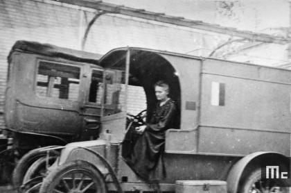 Marie Curie dans une voiture radiologique, octobre 1917.