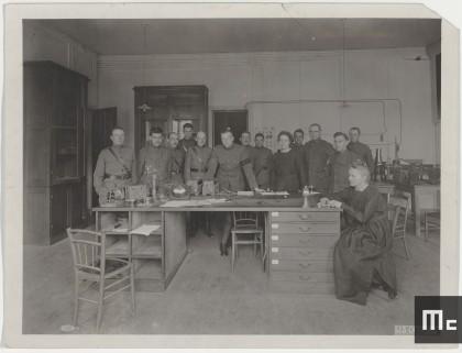 Marie Curie, Irène et leurs élèves du corps expéditionnaire américain à l'Institut du Radium, 1919