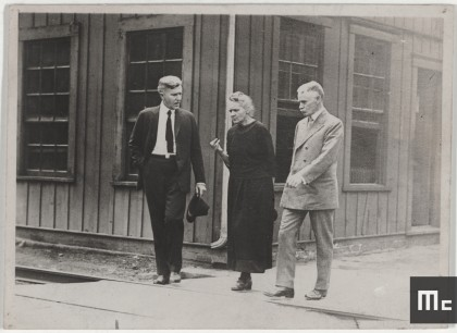 Marie Curie in conversation with two Directors at the Standard Chemical Company in Pittsburgh, 1921 (Source: Musée Curie; coll. ACJC)