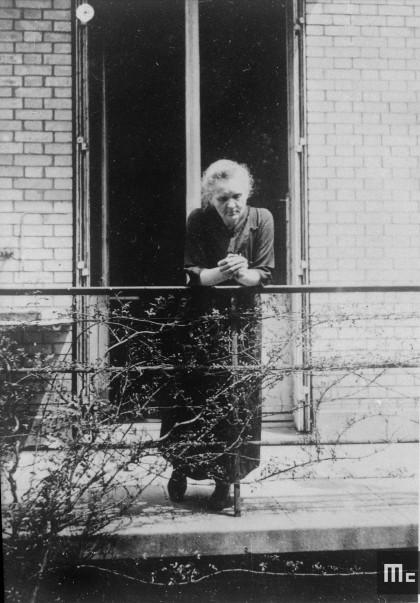 Marie Curie sur la terrasse du pavillon Curie à l'Institut du Radium, devant son laboratoire personnel de chimie en 1923 (Source : Musée Curie ; coll. ACJC)