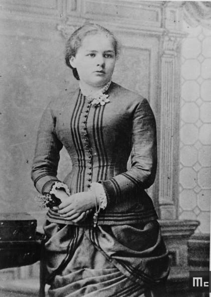 Maria Sklodowska tenant un bouquet de muguet en 1883 : elle a 16 ans (Source : Musée Curie ; coll. ACJC).
