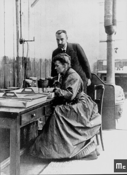 Pierre et Marie Curie dans leur laboratoire à l'EMPCI, vers 1898.