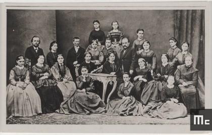 Wladyslaw et Bronislawa Sklodowski, parents de Marie Curie, entourés de leurs pensionnaires, 16, rue Freta à Varsovie, Pologne, 1860 (Source : Musée Curie ; coll. ACJC)