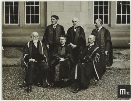 Marie Curie assise entre Sir Olivier Lodge et Mr Gilbert Barling, Prof. R.W. Wood, H.A. Lorentz et Dr Arrhenius