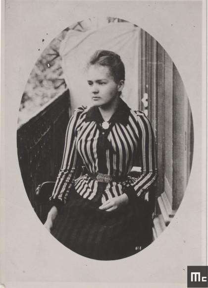 Marie Sklodowska sur le balcon des Dluski (le nom de mariage de sa sœur Bronislawa), rue d'Allemagne (aujourd'hui avenue Jean Jaurès) à Paris en 1892 (Source : Musée Curie ; coll. ACJC)
