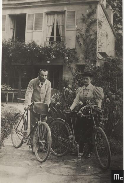 Pierre et Marie Curie en 1895 dans le jardin des Curie à Sceaux. (Photo Albert Harlingue. Source: Musée Curi; coll. ACJC)