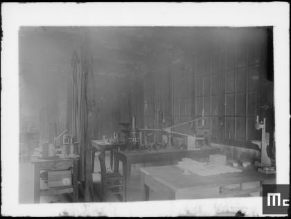 Intérieur du laboratoire de Pierre et Marie Curie à l'EMPCI, vers 1898.