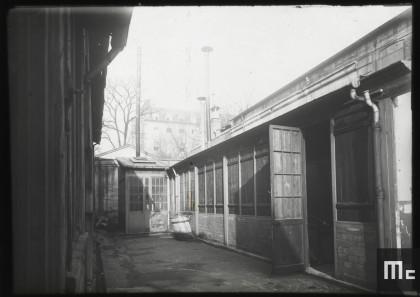 Extérieur du laboratoire de Extérieur du laboratoire de Pierre et Marie Curie à l'EMPCI, en 1898.