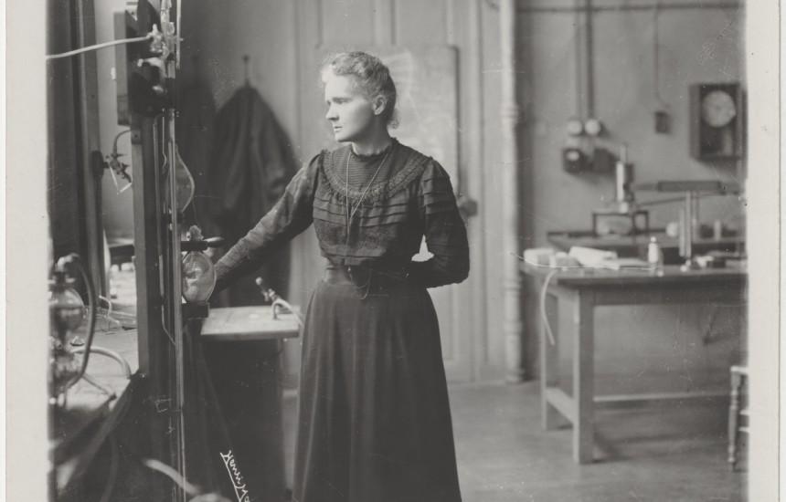 Marie Curie dans le laboratoire de la rue Cuvier, 1908.