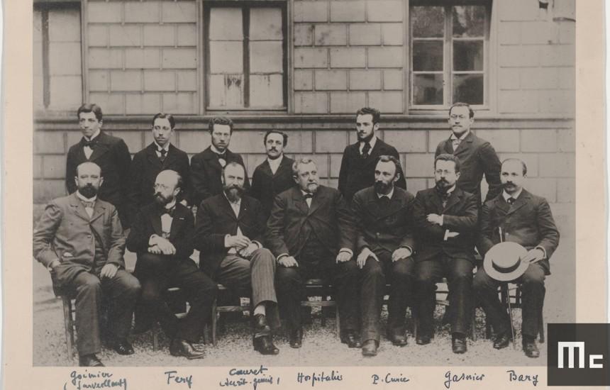 Pierre Curie (assis, le 3ème en partant de la droite), parmi un groupe d'enseignants de l'EMPCI, vers 1894 (Source : Musée Curie ; coll. ACJC)