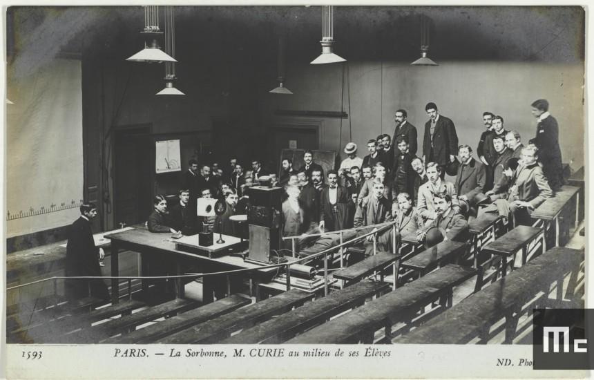 Pierre Curie au milieu de ses élèves dans l'amphithéâtre de la rue Cuvier en 1904