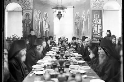 Mont Athos, monastère Saint-Pantéleimon, Gabriel Millet mangeant au réfectoire (trapéza) avec les moines